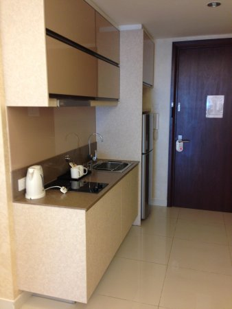 Damas Suites and Residences: Kitchen
