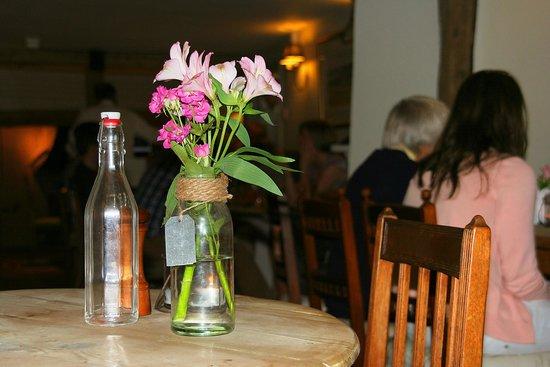 The George at Burpham: Fresh flowers