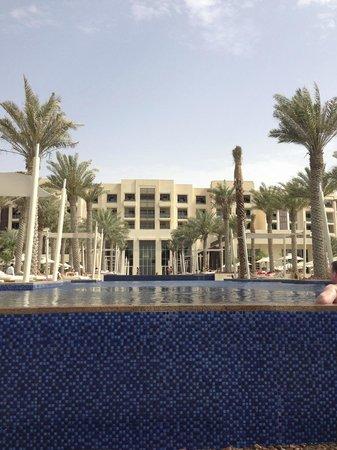 Park Hyatt Abu Dhabi Hotel & Villas : Infinity Pool/Hotel