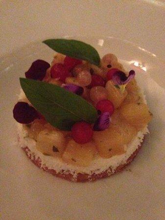 Chez Livio : sablé à la chantilly coco et tartare d'ananas roti. un régal !