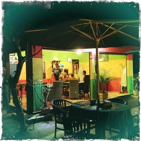 Lembongan Tropical Guest House : reception, restaurant, night time