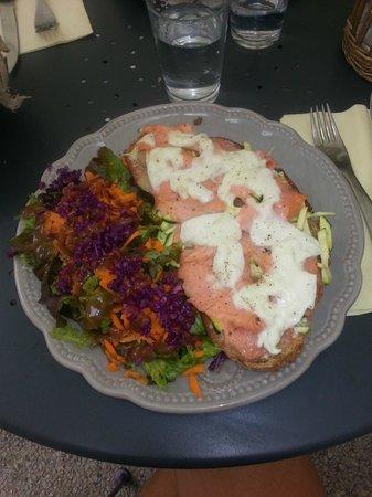 La Petite Fadette : Tartine pomme de terre courgette saumon mozzarella et salade