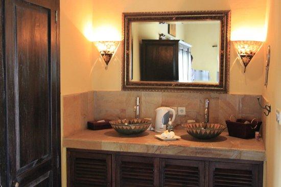 Puri Mangga Sea View Resort & Spa: Salle de bain intérieur