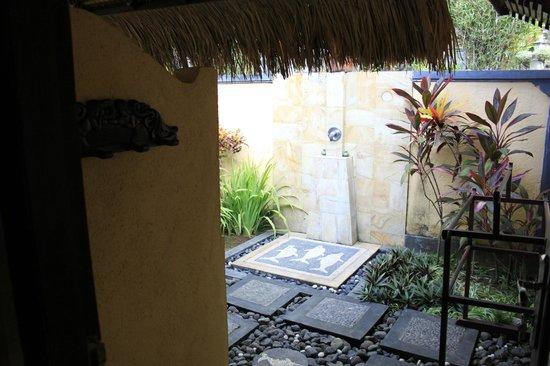 Puri Mangga Sea View Resort & Spa: salle de baine extérieur