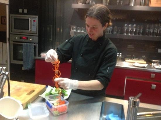 Eagles Nest Retreat: Our chef Cynthia preparing our delectable three course dinner