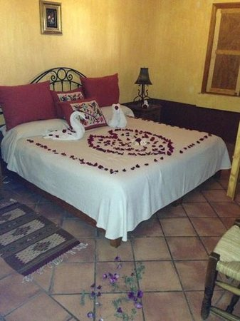 Hotel Huerta Real: the must romantic welcome ever !!! we are in live and this wad the place to enjoy .... Los Gonza