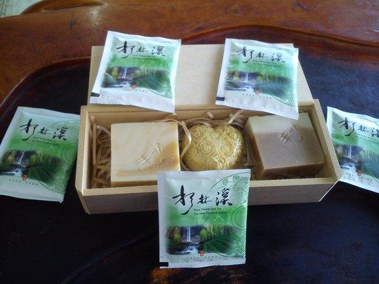 Zhong Guo Cheng : 民宿主人劉先生的手工皂及茶包結合賣