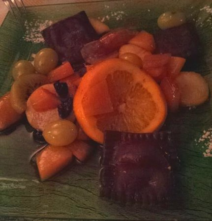 Enolaioteca Da Pina - La taverna della terra di Mezzo: Ravioli dolci al cioccolato e ricotta all'arancia su frutta caramellata