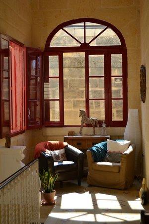 Mia Casa Bed and Breakfast Gozo : Rincón en la primera planta.