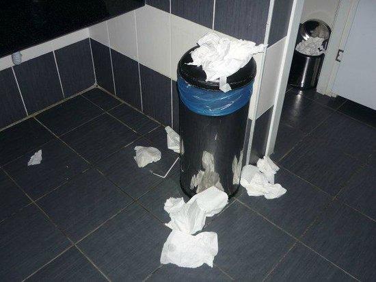 White Lilyum Hotel : sanitaires accueil en soirée