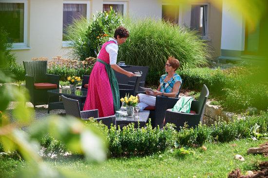 Kronenhof: Genießen Sie einen Kaffee auf der Terasse im Grünen