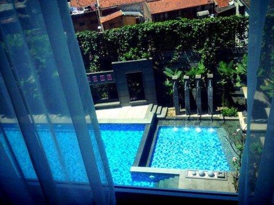 Aston Primera Pasteur Hotel & Conference Center : Pemandangan Kolam renang dari kamar saya