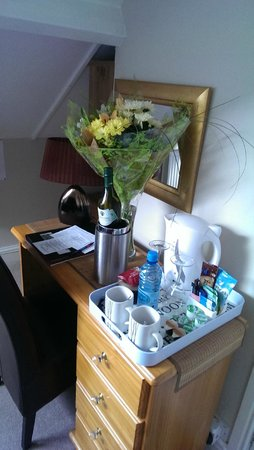 Montfort Cottage Guest House: Flowers & wine on arrival