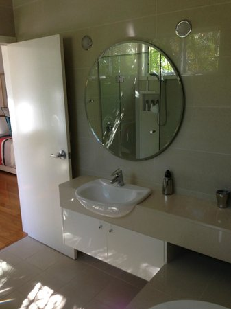 Byron Bathers: beautiful airy light bathroom