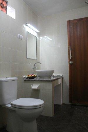 Astina Hotel: Standard AC Bathroom
