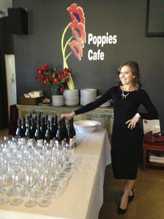 Poppies Cafe: Ready for drinks