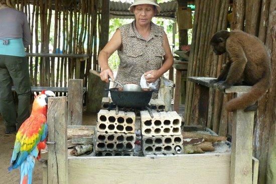 Parque Ecologico Mundo Amazonico : spanish tour guide cooking some nuts