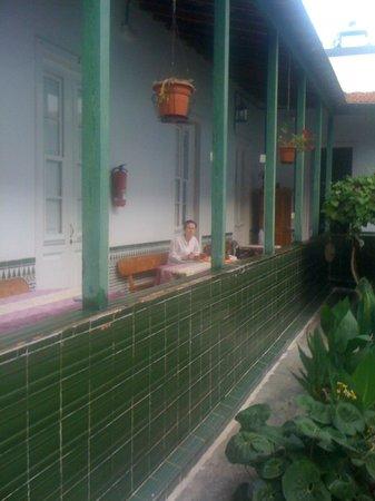 Villa Aurora Apartamentos y Pension: courtyard outside room