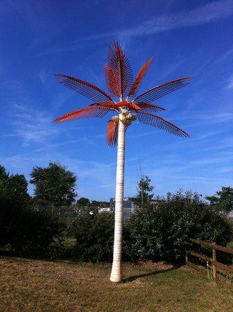 Hotel Au Sans Souci: Funny plastic palm tree!