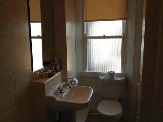Old Swan Hotel: Small Bathroom - but modern.