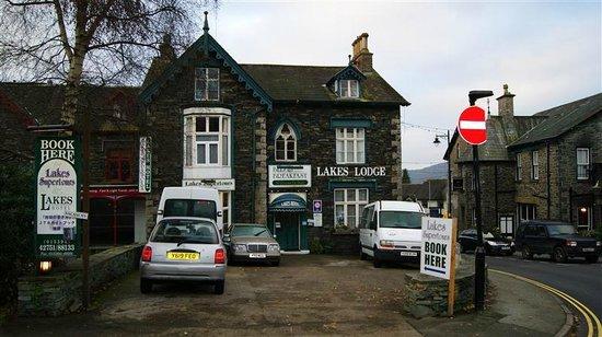 Lakes Lodge: Hotel front & car park