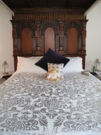 My Place Colonial Accommodation: A special 4-poster bed , Leyton Apartment