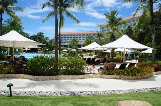 Shangri-La's Mactan Resort & Spa: ビーチ側から見たホテル