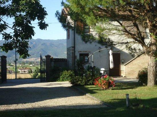 Agriturismo Podere Casenove: L'entrée et le jardin