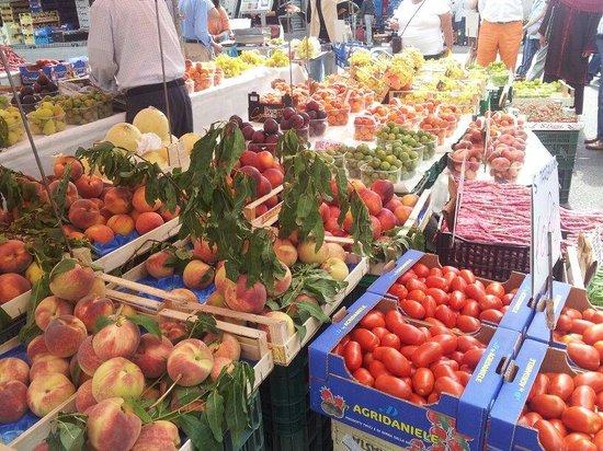 Mercato di Via Fauche: fresh fruit stall