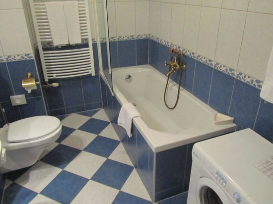 Queen's Court Hotel & Residence: Bathroom with washing machine