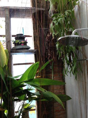 Nguyen Shack - Saigon Homestay: Onze buitenregendouche