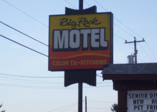 Big Rock Motel: Look for the sign