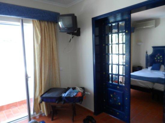 Hotel Califórnia : Lounge with tiny tv