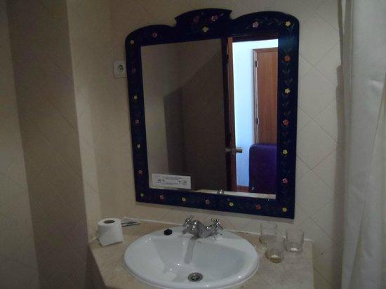 Hotel Califórnia : Mirror in bedroom
