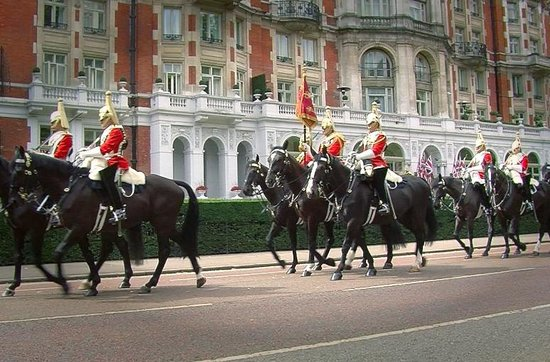 Mandarin Oriental Hyde Park, London: Horse Guards riding hotel in background