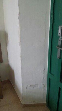 Hotel Boutique Isla de Tabarca: entrada desconchada
