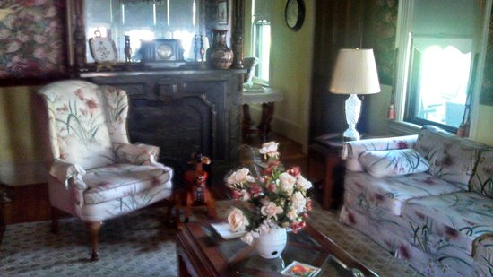 The Blue Rose Inn & Restaurant: Sitting\Living Room Mantle Clock Area