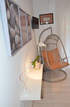 chambre emmanuelle chaise suspendue picture of les chambres d 39 hotes du grand mornas carry. Black Bedroom Furniture Sets. Home Design Ideas
