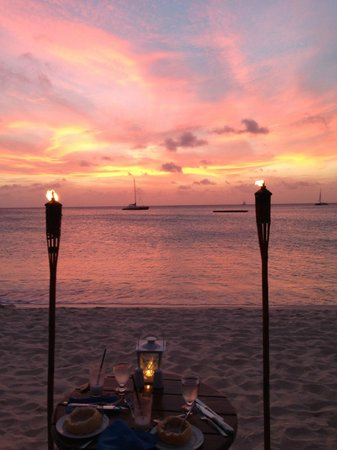 Dinner by Torchlight at the Radisson Aruba: Torchlight dinner just after sunset
