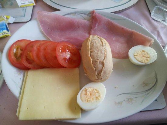 Aslaich Bed & Breakfast: Colazione continentale (oltre the, caffè, e roba dolce)