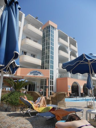 Panorama Hotel Apartments : front of the hotel/pool side