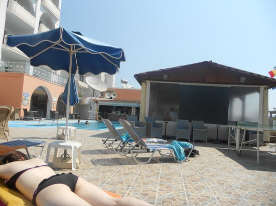 Panorama Hotel Apartments : pool side