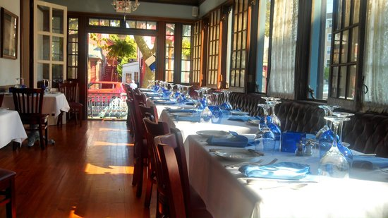 The Blue Rose Inn & Restaurant : Long Dinning Room Veiw