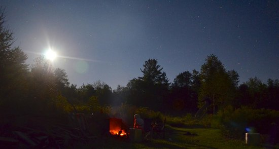 Cedarwood B&B: Enjoying the moon rise and the starry night by the fire pit.