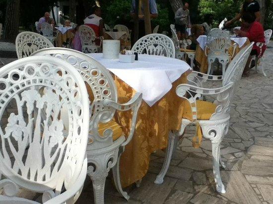 Park Hotel - Ravenna: tavolini all'esterno per la prima colazione