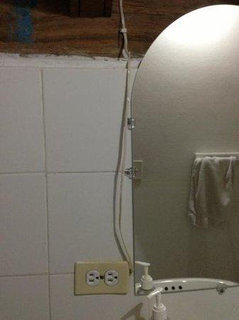 Casa Sweety: cables por todos lados en la habitación y el baño