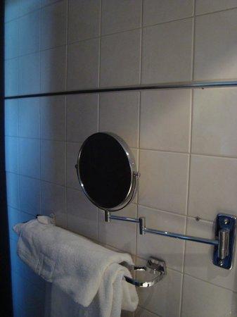 Amsterdam Tropen Hotel: В одном из номеров было это зеркальце, очень нужное моим спутницам