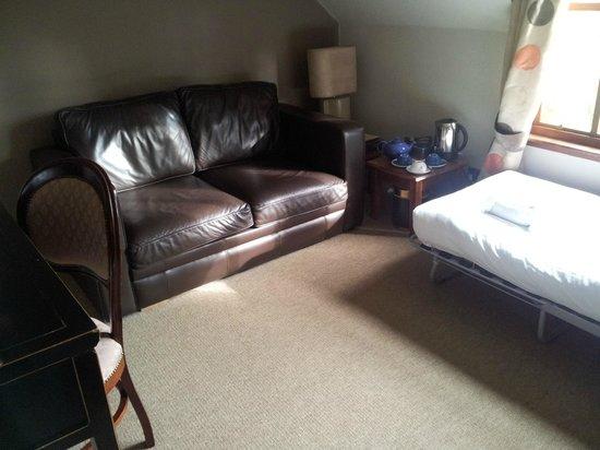 Rosemount Hotel : Soggiorno con divano letto e brandina