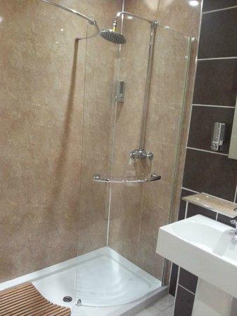 Rosemount Hotel : La doccia enorme del bagno