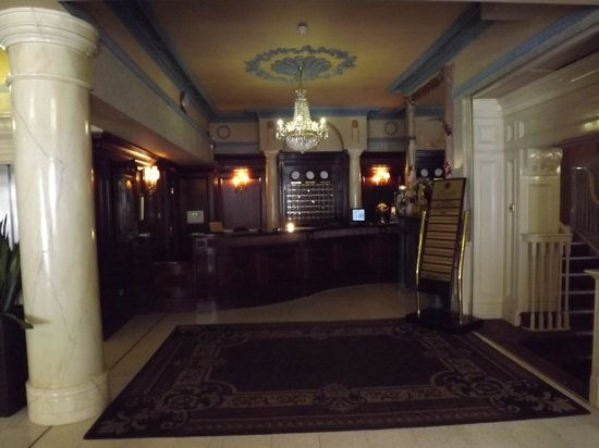 Buswells Hotel: Entrance hall, different angle